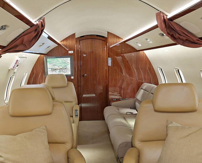 Hauptkabine eines Bombardier Challenger 300 D-BUBI Business Jet