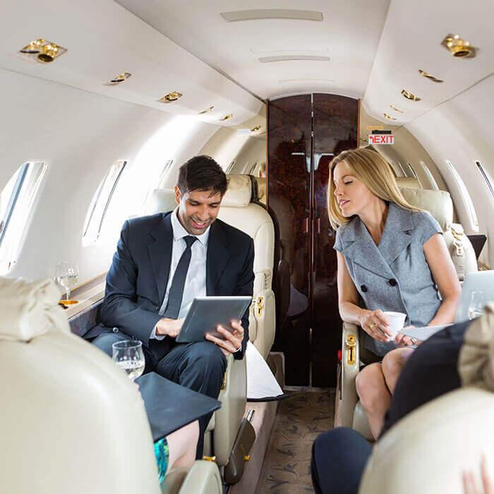 Geschäftsleute unterhalten sich in einem luxoriösen Privatjet