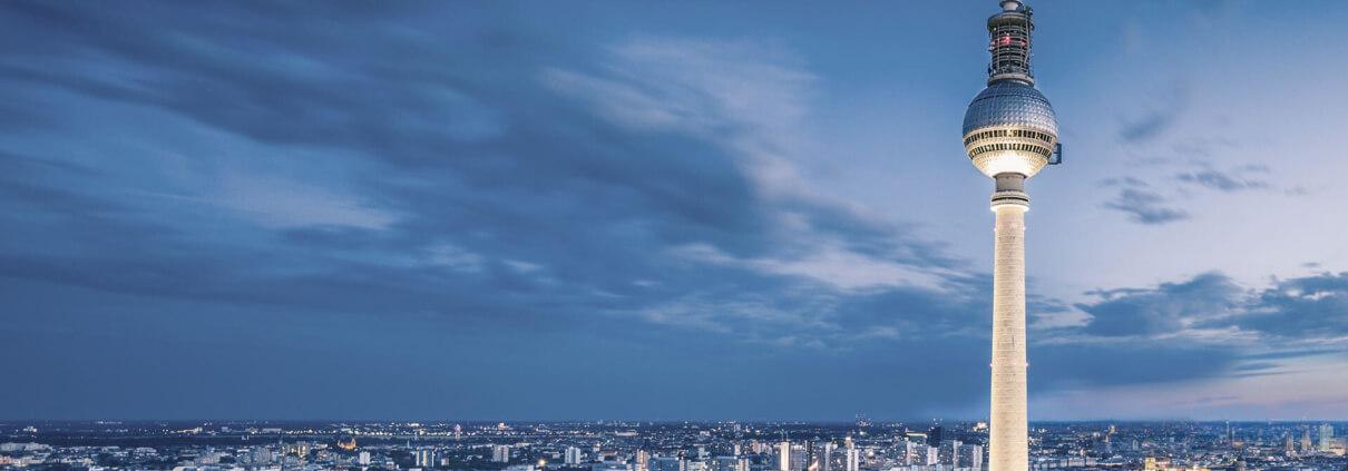 Skyline von Berlin mit Berliner Fernsehturm im Vordergrund
