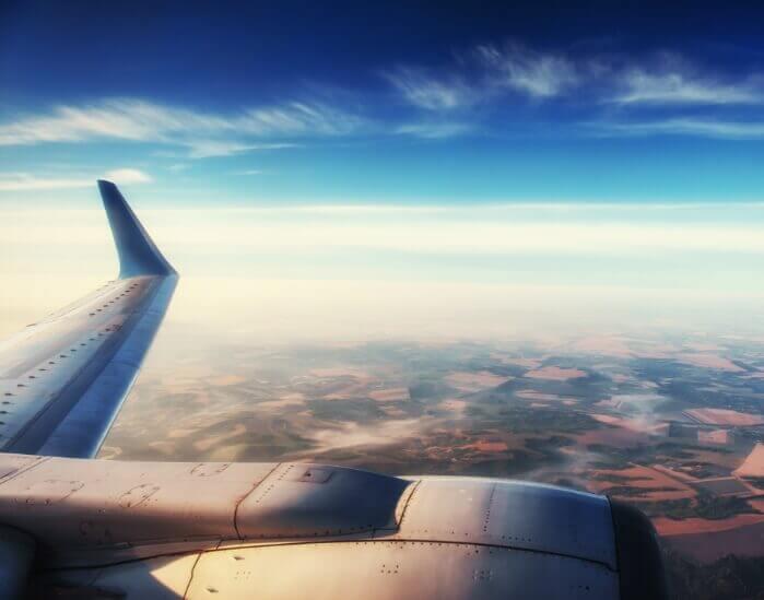 Flugzeug-Tragfläche mit Horizont im Hintergrund