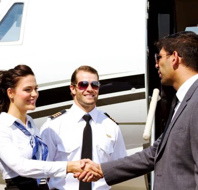 Privatjet Crew begrüßt Fluggast