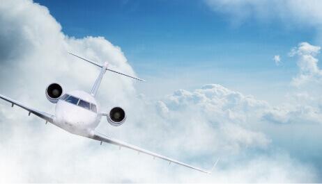 Privatjet fliegt über den Wolken