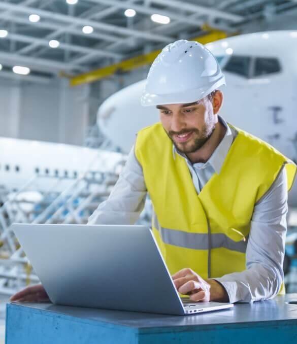 Technischer Mitarbeiter prüft Flugzeugdaten am Laptop