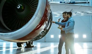 Flugzeugwartungsingenieur zeigt technische Daten auf einem Tablet